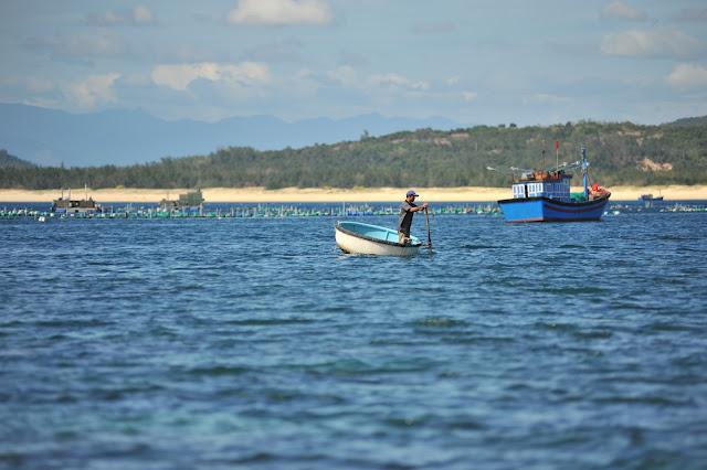 Ngư dân đi thuyền thúng ở Hòn Yến