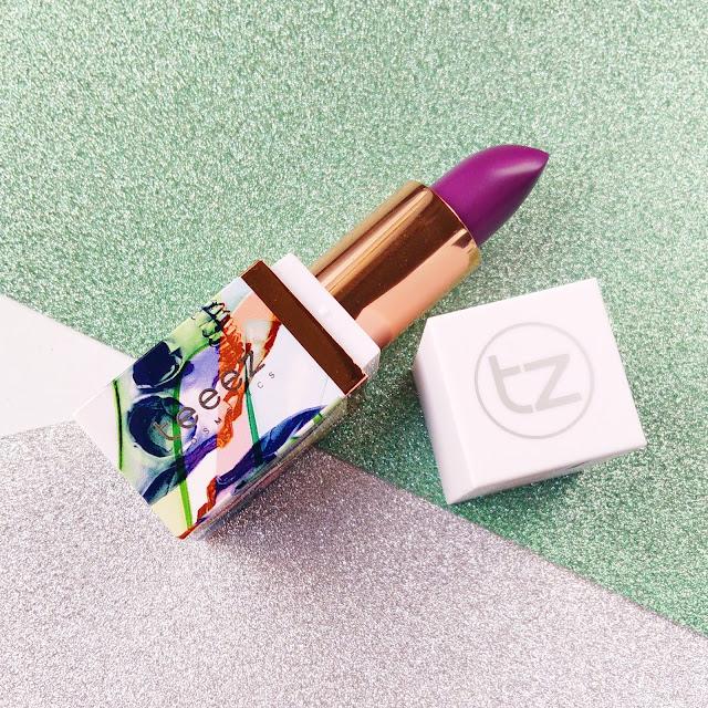 labial material girl en el tono purple addiction de teeez cosmetics