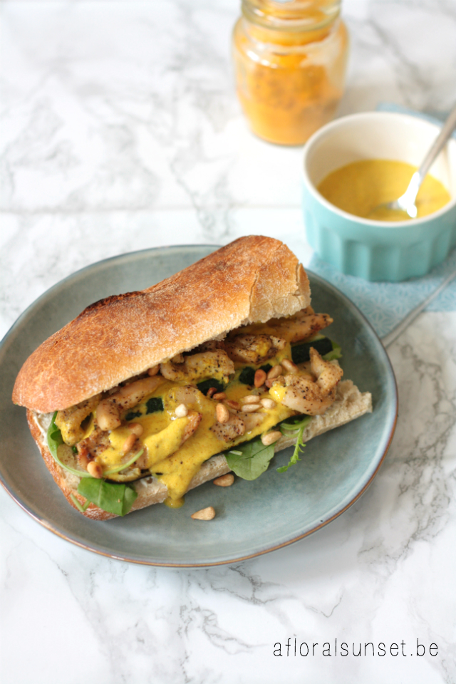 Broodje met kip, (zelfgemaakte) currydressing en kruidenkaas - a floral sunset
