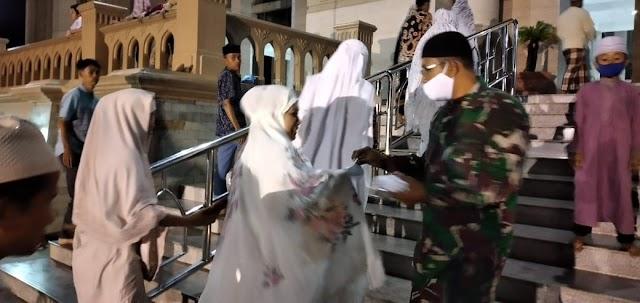 Personel Kodim 0103/Aceh Utara Beserta Jajarannya Bagikan Masker Kepada Jama'ah Sholat Teraweh