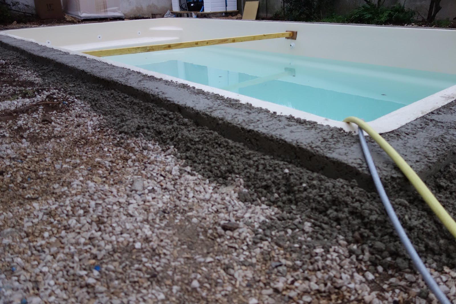 Initiales gg notre piscine en provence pr te for Ceinture beton piscine