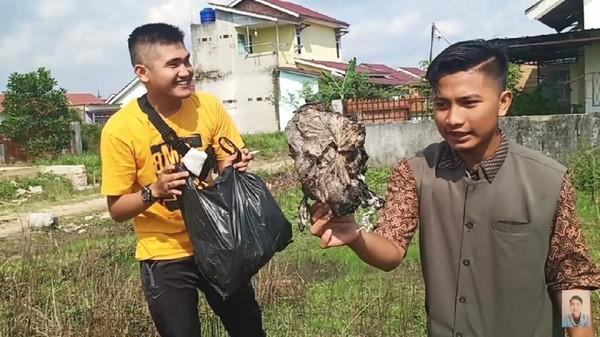 Polisi menangkap dua orang yakni YouTouber Edo Putra dan rekannya terkait video prank daging kurban ternyata berisi sampah. Keduanya ditetapkan jadi tersangka.