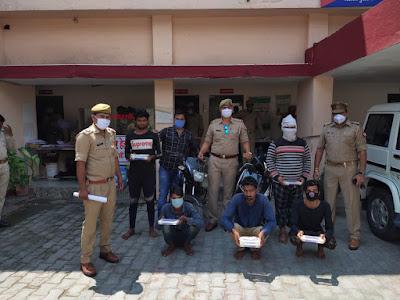 झाँसी के थाना नवाबाद पुलिस द्वारा 5 शातिर लुटेरे को लूट के 6 मोबाइल व असलहा कारतूस सहित गिरफ्तार किया