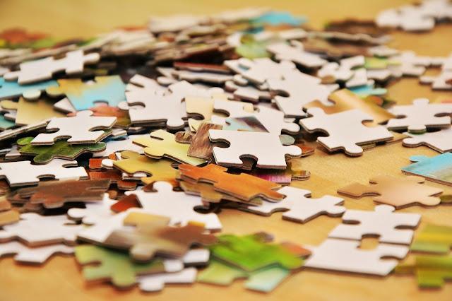 Peças de um quebra-cabeças desmontado: um ótimo convite para a diversão!