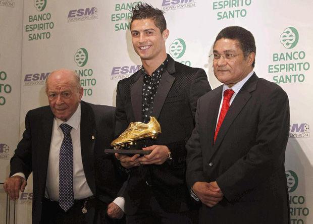 Ronaldo bán đấu giá chiếc giày vàng châu Âu 2011.