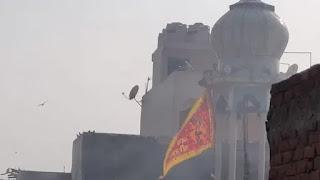 Pecah Kerusuhan, Bendera Hanoman Dikibarkan di Menara Masjid