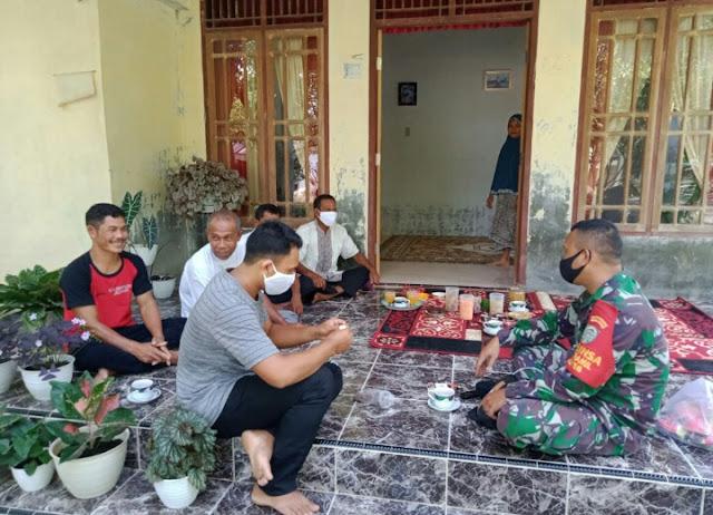 Silaturahmi, Babinsa Posramil 06/Bubon Selipkan Sosialisasi Edukasi Protokol Kesehatan