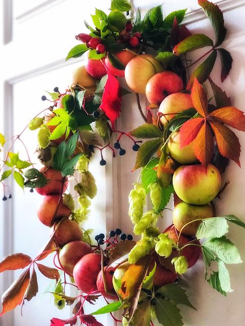Jesienny wianek z jabłek.