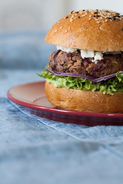 Hamburgeri od pasulja sa sirom, avokadom i salatom