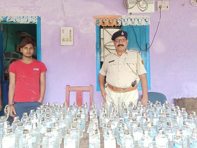 सौराठ मंदिर मोड़ पर आठ कार्टन देसी शराब जब्त