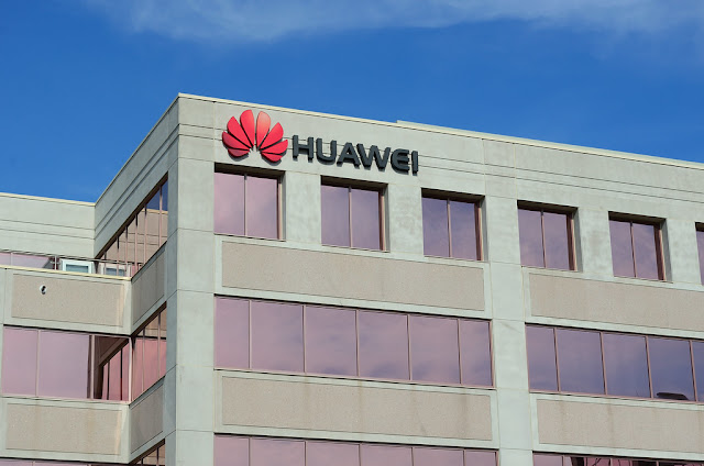 قالت شركة Huawei Technologies إنها حصلت على أكثر من 1.4 مليار دولار من إيرادات التراخيص منذ عام 2015 ودفعت أكثر من 6 مليارات دولار من حقوق الامتياز للتنفيذ القانوني للملكية الفكرية للشركات الأخرى.