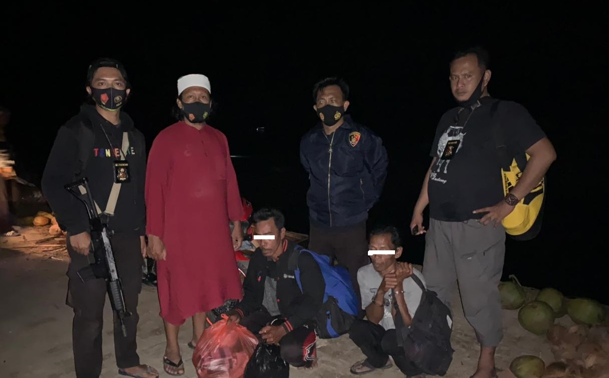 Tiba di Pelabuhan Benteng, Pelaku Pencabulan Anak Kandung Dikawal Ketat Unit Jatanras Polres Kepulauan Selayar