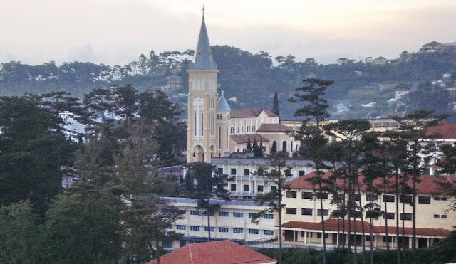 Vista de la Catedral sobre Da Lat