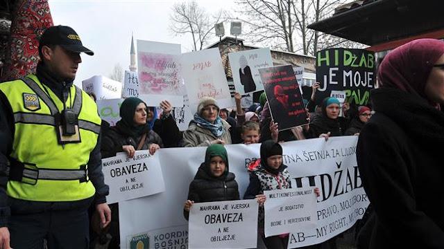 Ada Larangan Jilbab, Ribuan Wanita Muslim Bosnia Protes