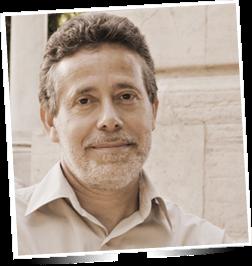 """""""Es un privilegio dejarse guiar por un cicerone con una mirada tan mágica como la de Jesús Callejo y adentrarse a su lado en arcanos de la Historia que, de otro modo, serían mudos o incluso hostiles"""", enuncia el reconocido escritor y divulgador Javier Sierra en la portada del nuevo libro de Jesús Callejo, que lleva por título """"Grandes Misterios de la Arqueología. Viajes al encuentro de lugares sagrados"""", editado por La Esfera de los Libros (2017). Hoy tenemos la suerte de compartir unos minutos con el autor de este nuevo ensayo y de conocer un poco más del libro, pero sobre todo de su artífice, una de las mentes más plecaras que en España, y en todo el mundo, se dedica a desentrañar las interrogantes que nos rodean.  * Jesús, la primera pregunta, obvia y  lógica a la vez, es, ¿cómo surge la idea de realizar esta obra y qué podemos encontrar en ella?  Como suele pasar, la idea ya estaba latente. Surge porque llegó el momento oportuno. Tenía previsto hace tiempo contar mis peripecias por el ancho mundo (muchos de mis libros tienen que ver con lugares mágicos españoles) y La esfera de los Libros me dio la oportunidad de enfocar esos viajes en enclaves arqueológicos. Lo que podemos encontrar en este libro es el fruto de mis viajes y mi búsqueda de lugares sagrados favoritos desde hace más de 30 años. Hace tiempo me di cuenta que la mayoría de los grandes enclaves arqueológicos tienen tres aspectos fundamentales: el arquitectónico, el astronómico y su evidente dimensión espiritual.   * Tras la introducción """"el arte de excavar"""" en el primer capítulo de esta extensa obra te centrar en el pasado, algo por otra parte lógico, y allí nos hablas de tecnologías que hoy consideraríamos punteras pero que están datadas milenios atrás en el tiempo, y también hablas de los pioneros de la arqueología, ¿realmente nos queda algo por """"desenterrar"""" de nuestro pasado?, ¿qué porcentaje sabemos de cómo fue dicho pasado?   Realmente nos queda casi todo por desenterrar. Parece una afirmación e"""