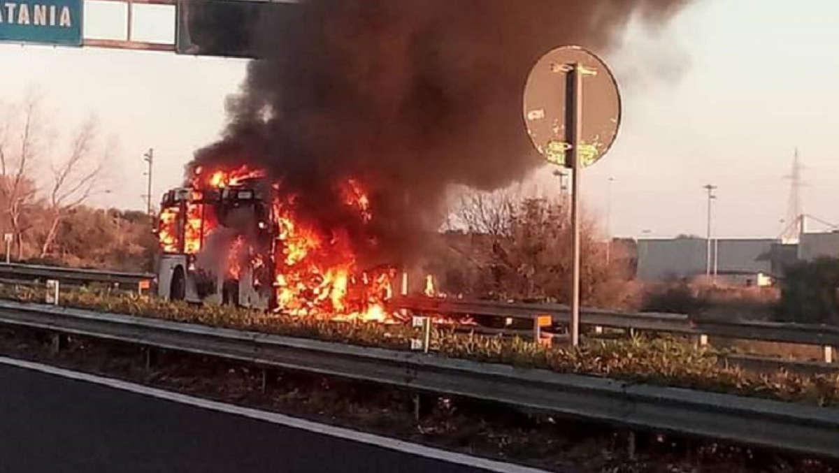 bus in fiamme sulla Siracusa- Catania