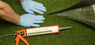 Miết chặt 2 mép cỏ xuống bạt đã dán keo