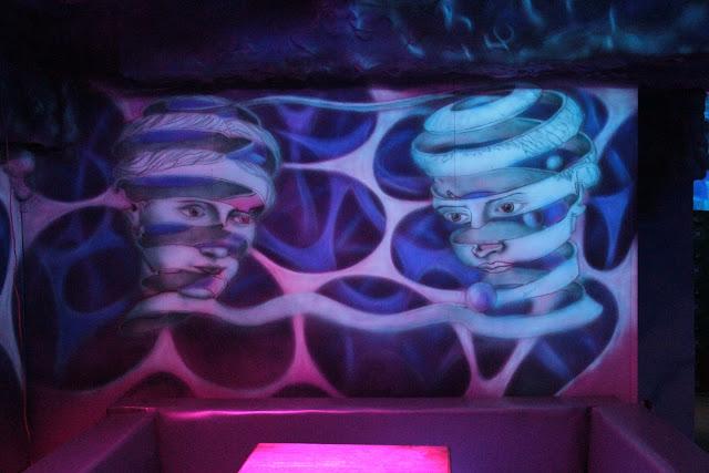 Malowanie obrazu na ścianie farbami fluorescencyjnymi, mural UV na dyskotece, black light murals