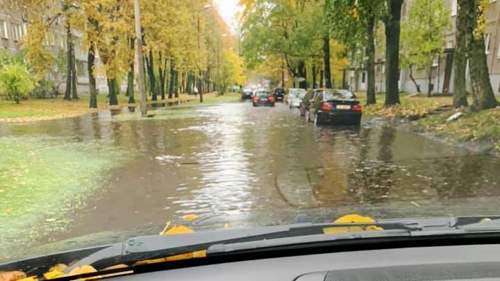 Intensīva lietus rezultātā applūst iela Iļģuciemā
