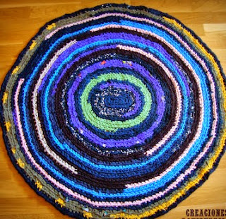 http://creacionesbatiburrillo.blogspot.com.es/2014/07/alfombra-multicolor-trapillo-reciclado.html