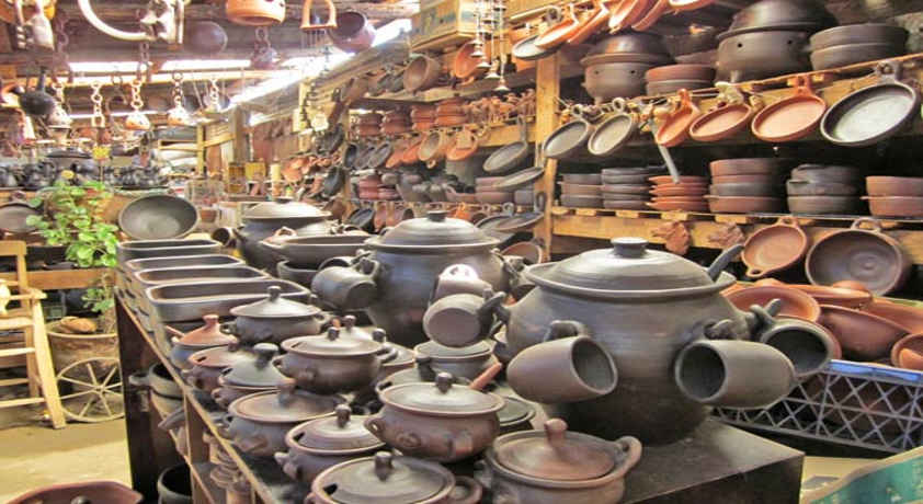 Pomaire, Chile, crafts.