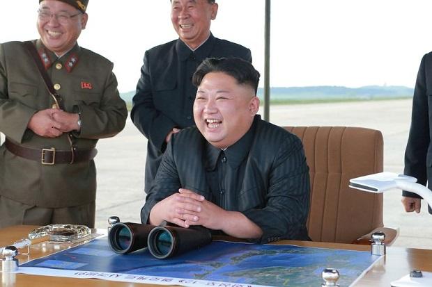 Kim Jong-un Tertawa saat Rudal Korut Terbang di Atas Jepang