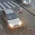 Insolite: Il massacre la voiture d'un automobiliste suite à une dispute (Vidéo)