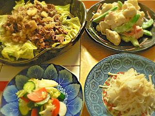 夕食の献立 肉炒め サラダ 浅漬け エノキおろし