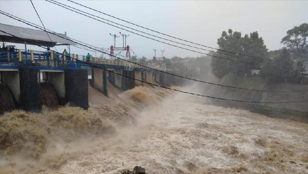 Bendung Katulampa Siaga 3, Warga Bantaran Sungai Diminta Waspada Banjir