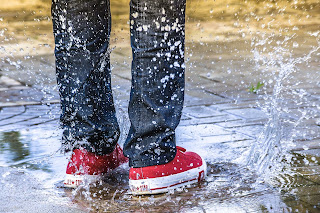 Segera bershikan dan keringkan jika Sepatu terkena air dan Lumpur