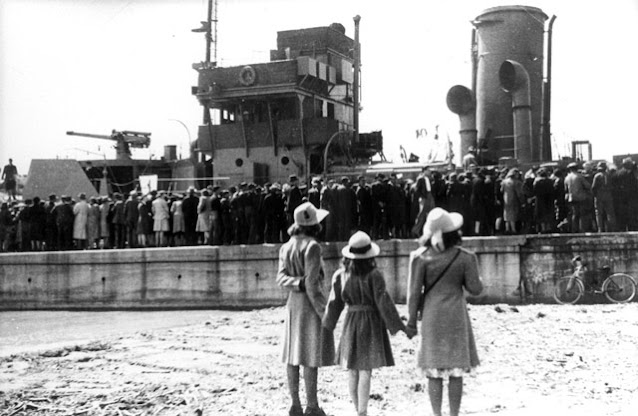 HMCS Woodstock commissioned, 1 May 1942 worldwartwo.filminspector.com