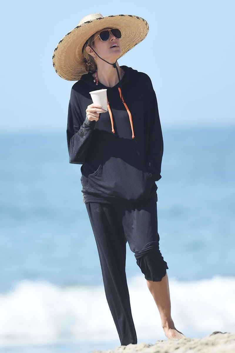 Heidi Klum Clicked Outside at a Beach in Los Angeles 8 Apr-2021