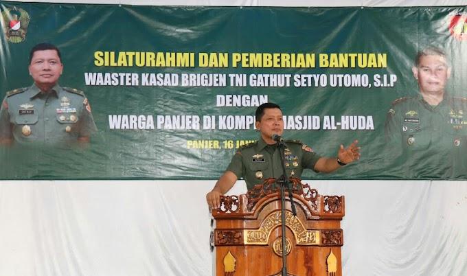Waaster KASAD Menyerahkan Bantuan untuk Pembangunan Masjid di Kebumen