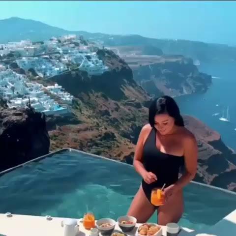 Breakfast in Santorini hits different! 😋🍑