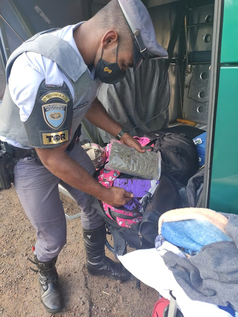 Passageira é flagrada com mais de 11 quilos de drogas em bagagem e acaba presa