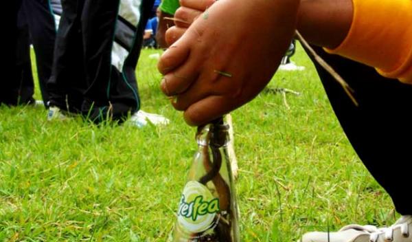Memasukkan Belut ke dalam Botol