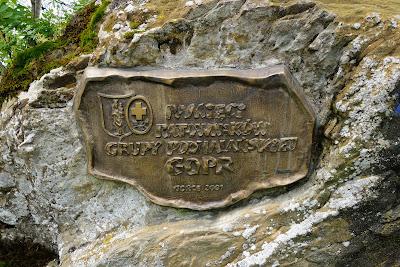 Tablica pamiątkowa na skale na Czole Turbacza