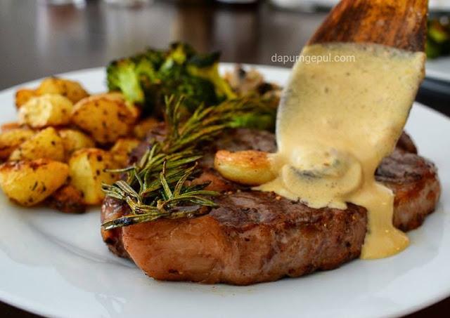 Steak Rib Eye with Mushroom Gravy sauce