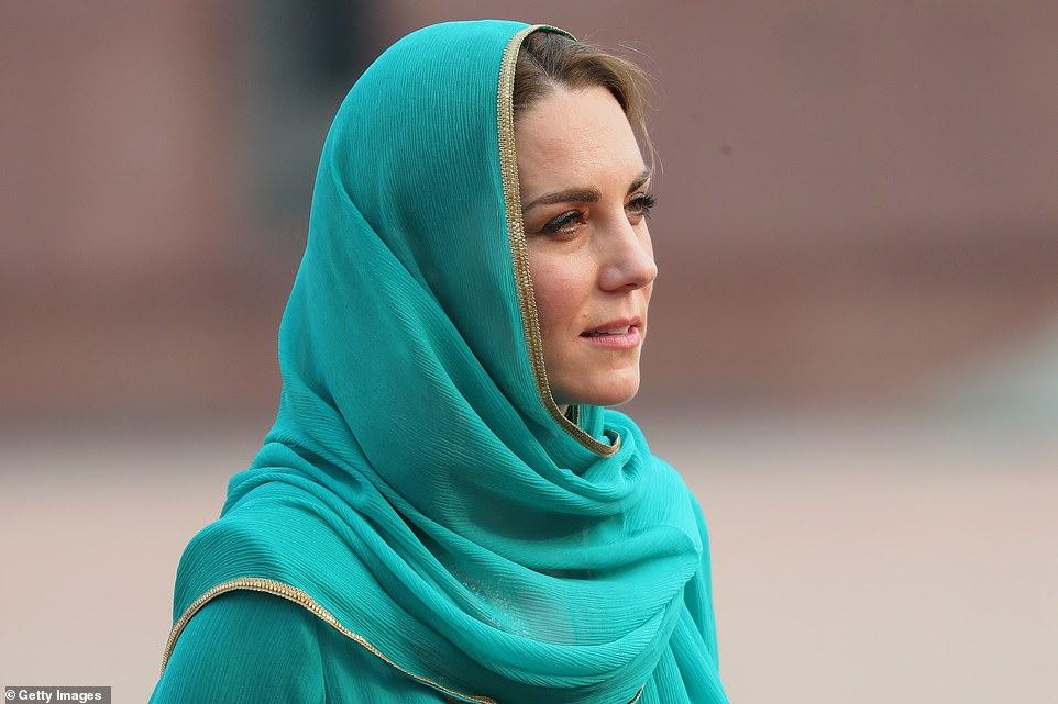 Kate Middleton wears headscarf like Diana in Pakistan