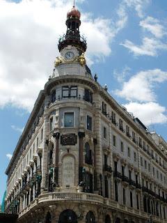 Imagen de la esquina del edificio, la parte más adornada. Cada una de las cinco plantas del edificio es de un estilo diferente.