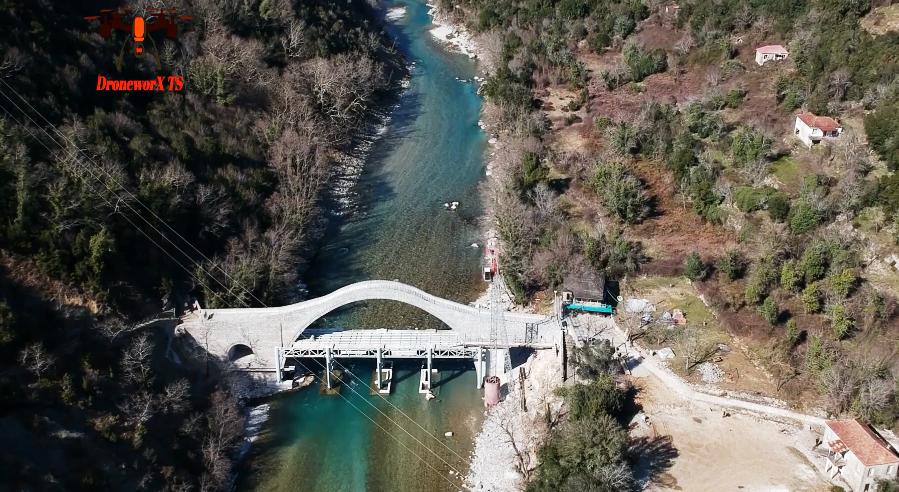 Η  ιστορική  Γέφυρα Πλάκας … όρθια όπως παλιά …!Δείτε τη από ψηλά![βίντεο]