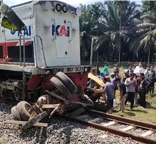 Mobil Barang Tertabrak KA Barang di Desa Naga Kesiangan