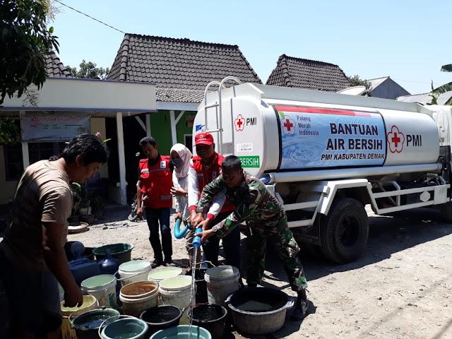 Prihatin Dengan Kondisi Warga, Babinsa Dampingi Pendistribusian Air Bersih Di Mranggen