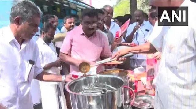 कांग्रेस कार्यकर्ताओं ने केरल के कोझीकोड में पुलिस स्टेशन के सामने बीफ करी का वितरण किया