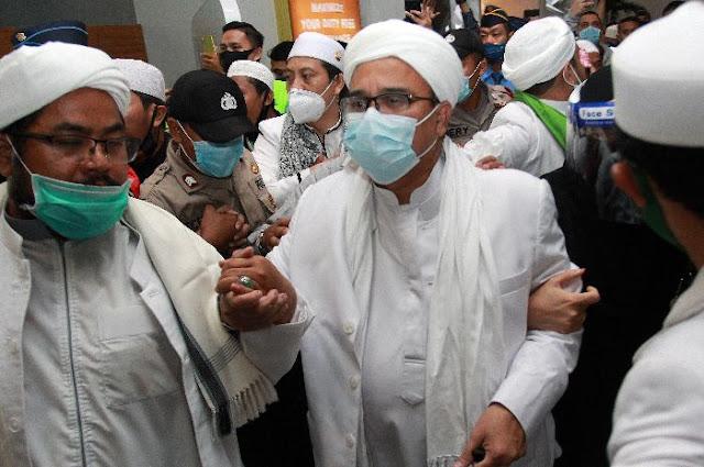 Pada mulanya nalar publik digiring, dengan narasi penegakan protokol pandemi, melalui pemeriksaan pendahuluan terhadap Gubernur DKI Jakarta dan sejumlah pihak, tentang adanya penyelidikan perkara pelanggaran protokol kesehatan berdasarkan pasal 93 Jo 9 UU Nomor 6 Tahun 2018 Tentang Kekarantinaan Kesehatan. Memang benar, dalam perkara ini ada sudah ada pasal 216 KUHP tentang melawan petugas/pajabat, namun hal itu konteksnya tetap dalam koridor penegakan protokol pandemi.