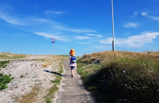 Urlaub in Dänemark: Verliebt in die nördliche Ostseeküste. Das erste Mal am Strand ist schon etwas ganz Besonderes! Auf Küstenkidsunterwegs erzähle ich Euch, wie mich die Landschaft Nordjütlands, die Strände und Dünen sowie die Gegend um Asaa in ihren Bann gezogen haben.