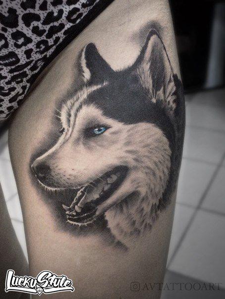 Vemos el tatuaje de un Huskie en la pierna de una joven que se levanta la falda