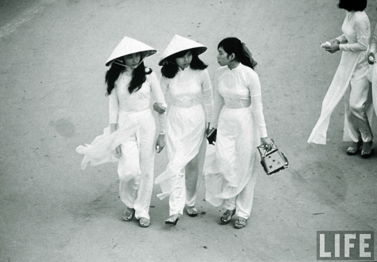 Ảnh xưa: Vẻ đẹp đài các của phụ nữ Việt trong tà áo dài