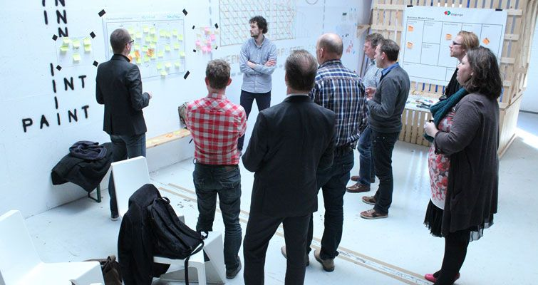 Equipo diseñando el lienzo de modelos de negocio