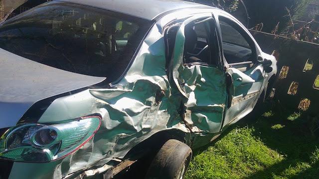 Un conductor perdió el control del vehículo e impactó contra un árbol